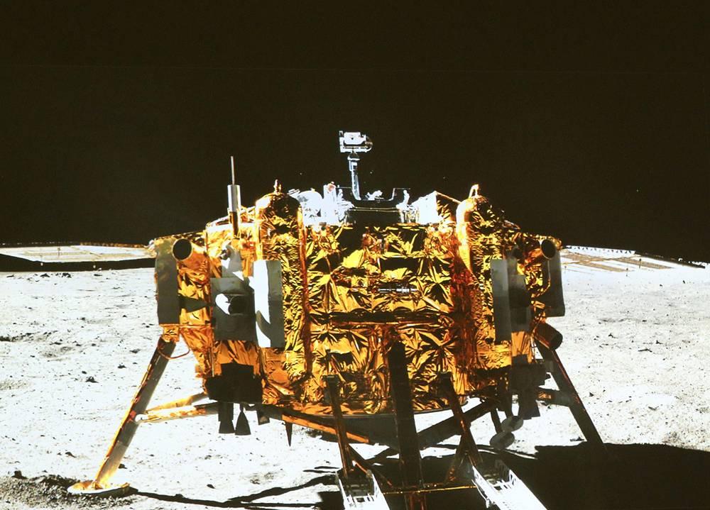 """Первый китайский луноход """"Юйту"""" - """"Нефритовый заяц"""" - 15 декабря в 04.35 по пекинскому времени (00.35 мск) начал движение по лунной поверхности"""