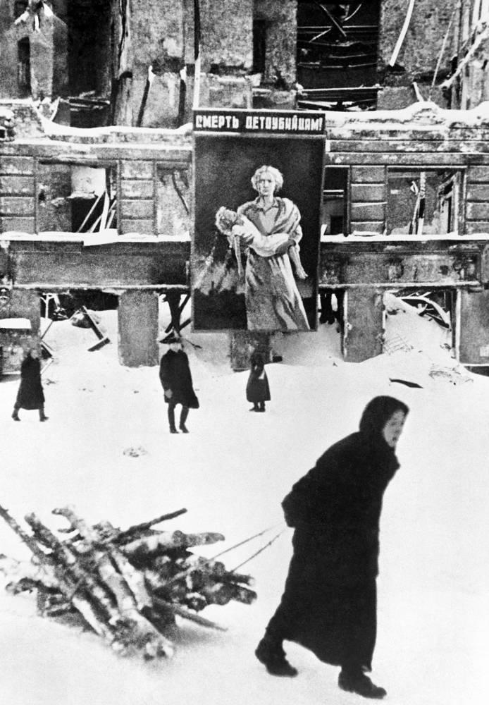 Жители блокадного  Ленинграда 1942 г.
