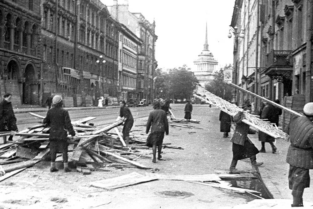 Разбор  завалов на улицах Ленинграда.
