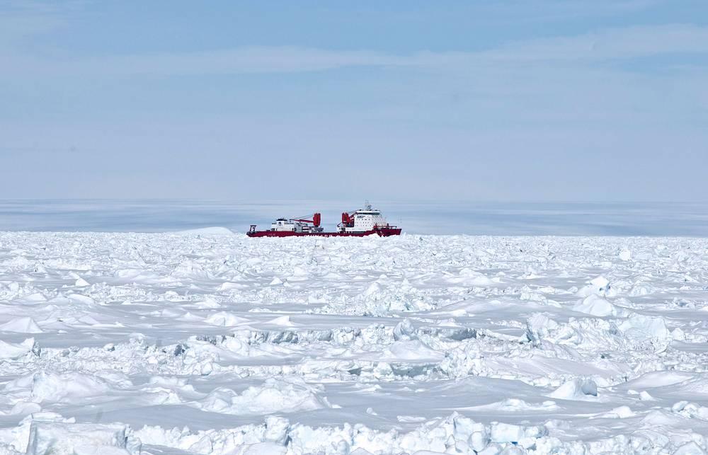 """Китайский ледокол """"Сюэлун"""", с борта которого был задействован вертолет для эвакуации пассажиров экспедиции"""