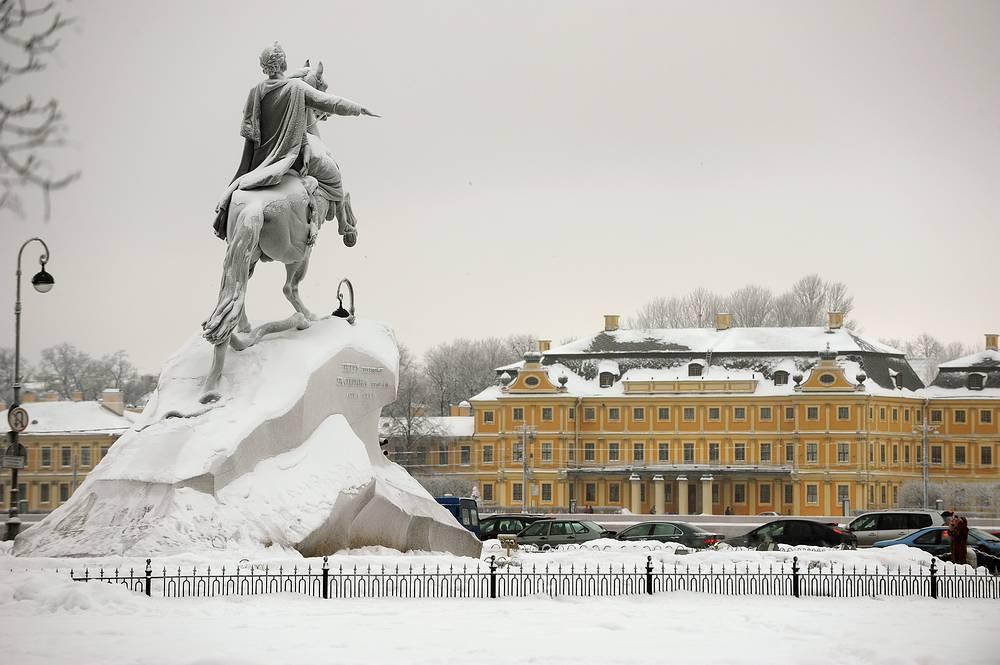 "Вид на памятник Петру I ""Медный всадник"" и здание Сената и Синода, 2010 г."