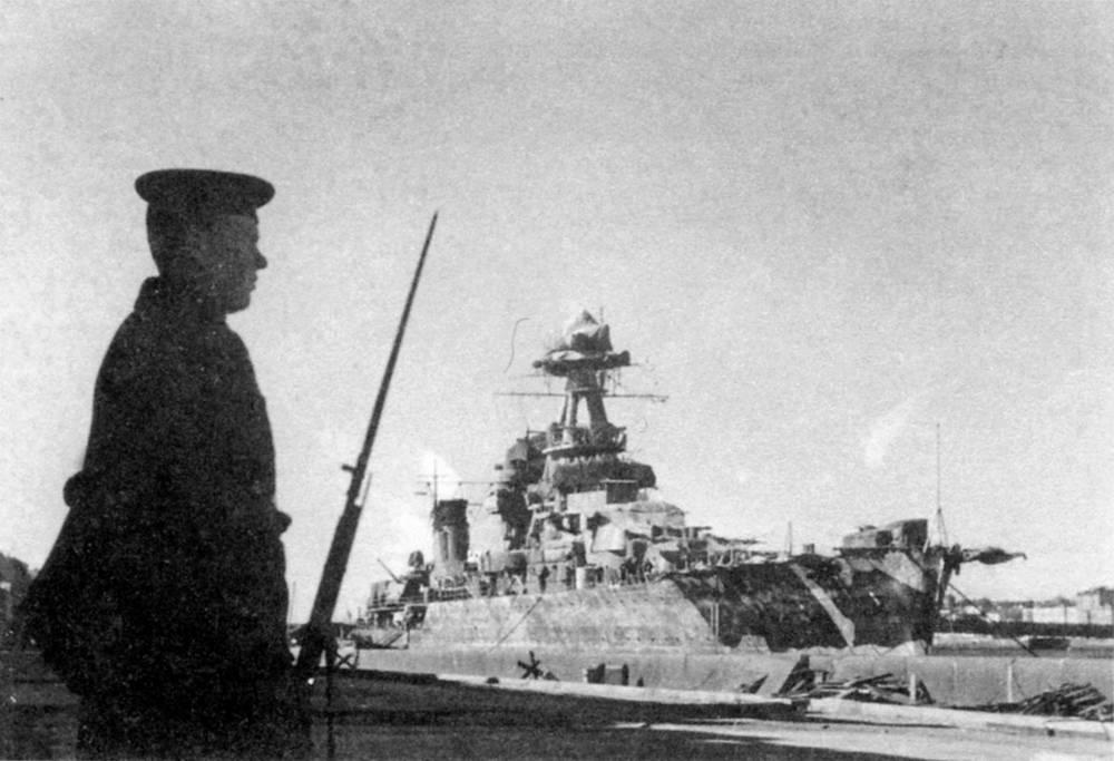 Советский легкий крейсер «Киров» у Университетской набережной в Ленинграде. 1944 г.