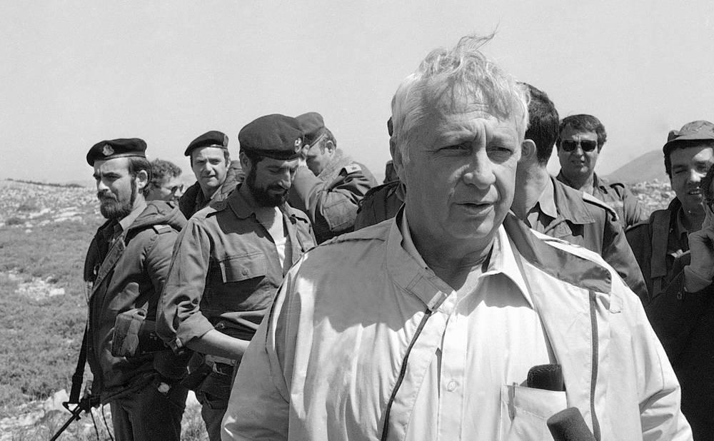 Министр обороны Израиля Ариэль Шарон с солдатами изральской армии, 22 марта 1982 г.