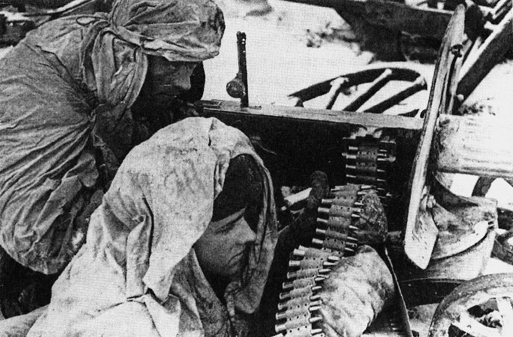 Расчет пулемета «Максим» готовится к отражению немецкой контратаки. Волховский фронт.