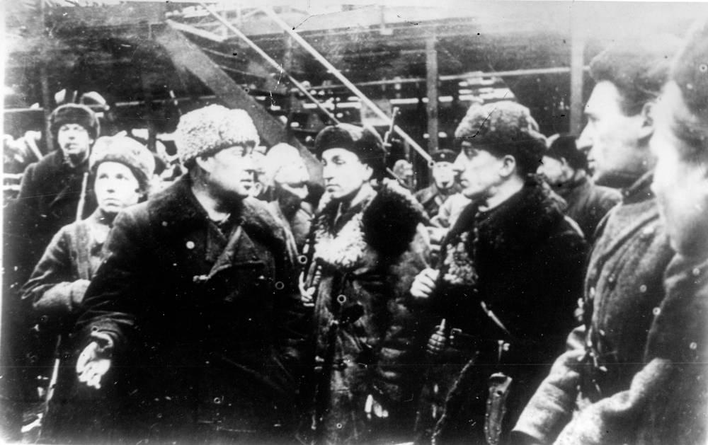 Директор завода М.Длугач знакомит партизан с работой завода. 1942 г.
