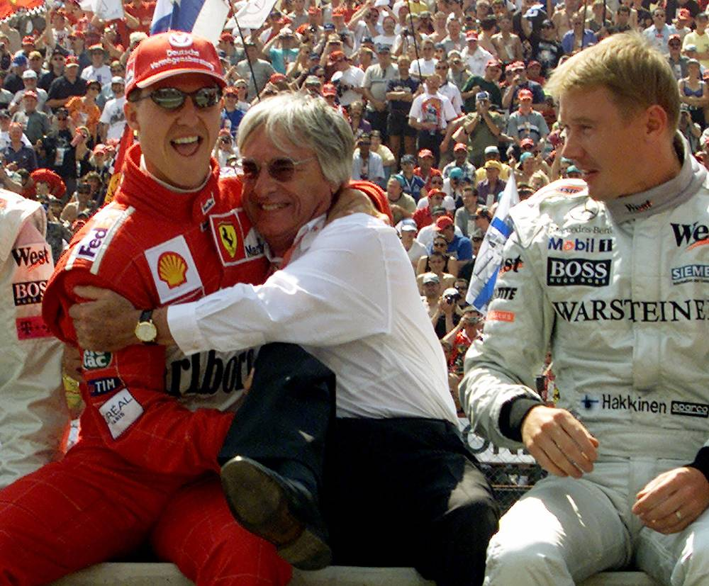 Берни Экклстоун, Михаэль Шумахер и Мика Хаккинен во время Гран-при Венгрии, 2000 г.