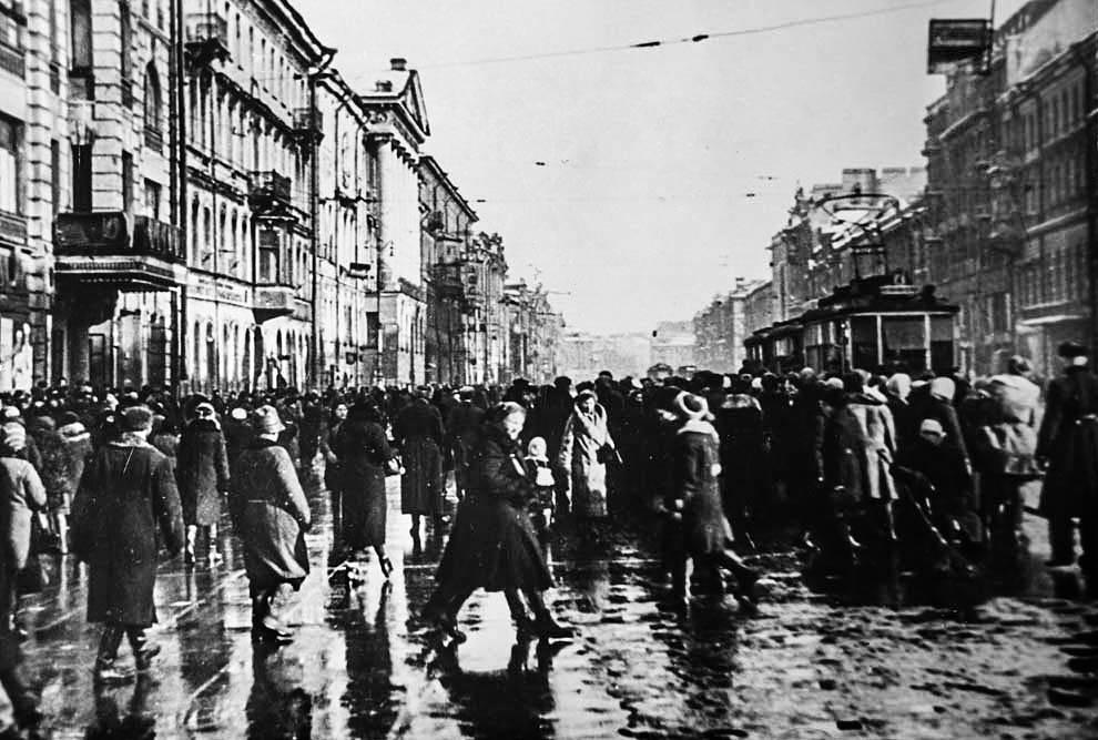Возобновление движения трамваев в Ленинграде. Первый трамвай. 1942 г.