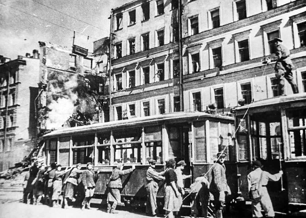 Поднятие трамвая на рельсы после бомбежки.1941 г.