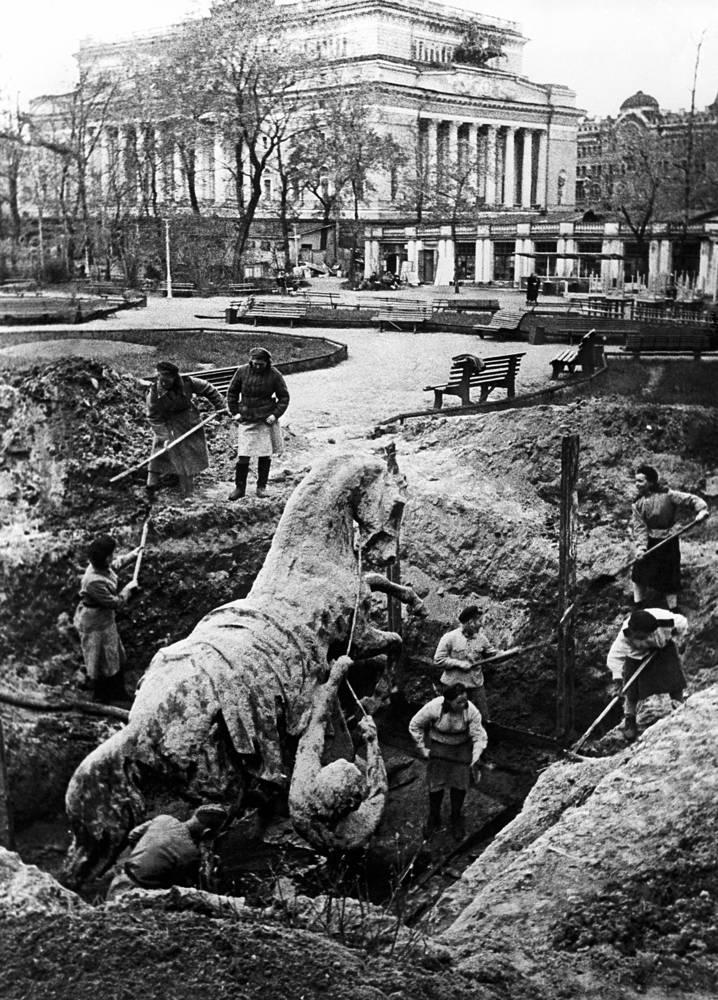 Коней Петра Клодта с Аничкова моста закапывают в саду Аничкова дворца, 1941 год