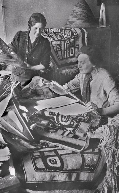 За распаковкой коллекционных предметов В.Б. Астановская (слева) и М.В. Степанова (справа)