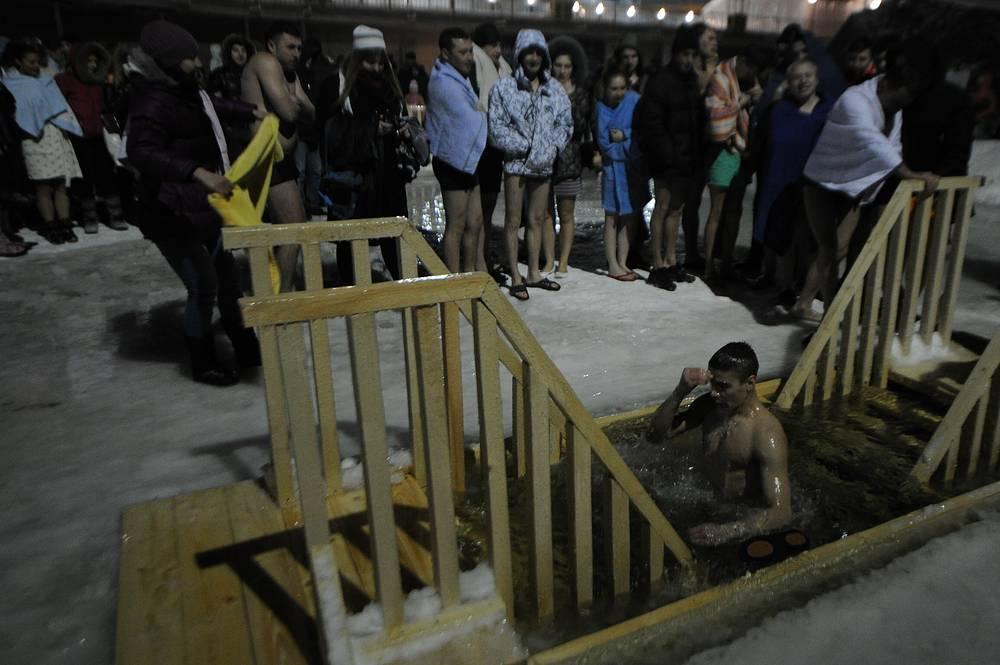 Крещениские купания в одном из водоемов в Екатеринбурге