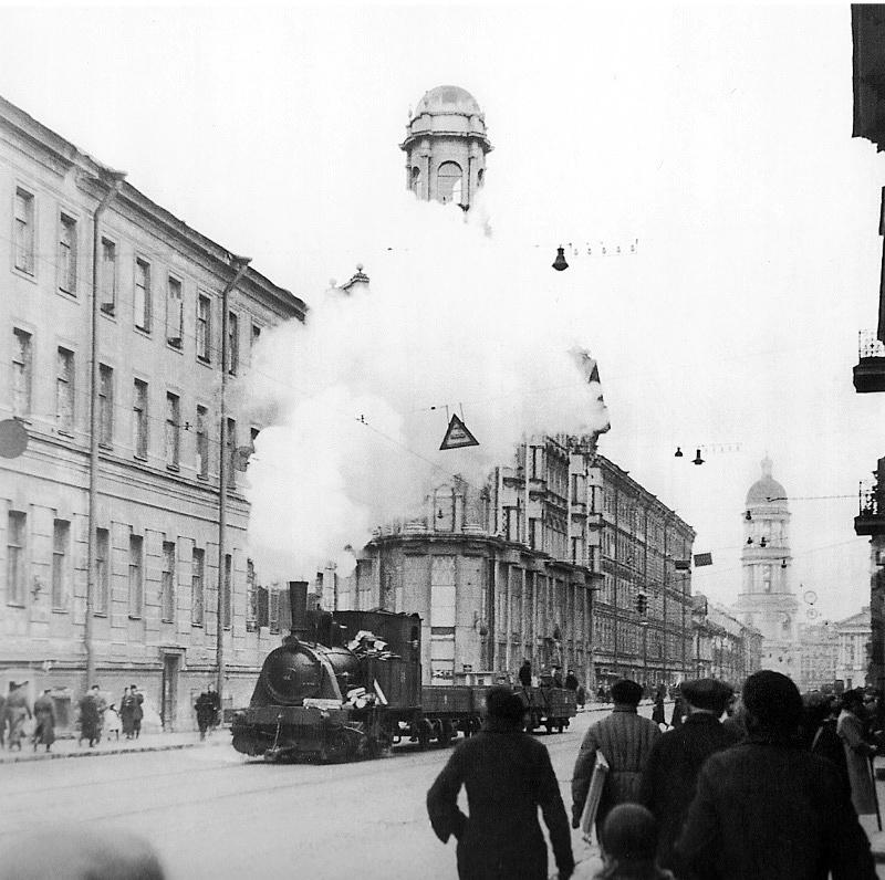 Паровоз, передвигающийся по трамвайным рельсам, на Загородном проспекте в блокадном Ленинграде, 1942 год