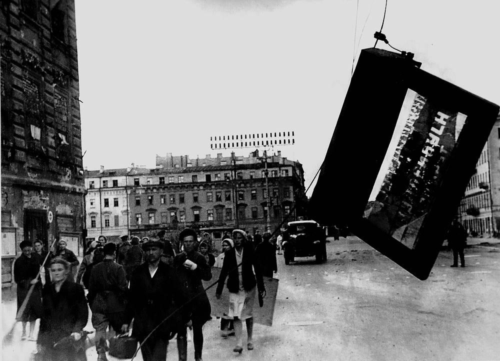 Ленинградцы на проспекте 25-го Октября  в настоящее время Невский проспект )после артобстрела