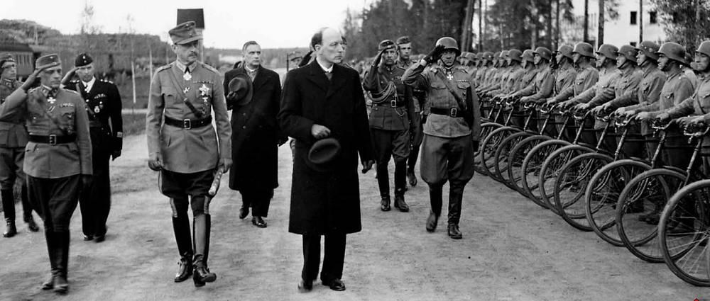 Маршал Маннергейм и президент  Ристо Рюти инспектируют войска в Энсо (ныне Светогорск), 4 июня 1944 года