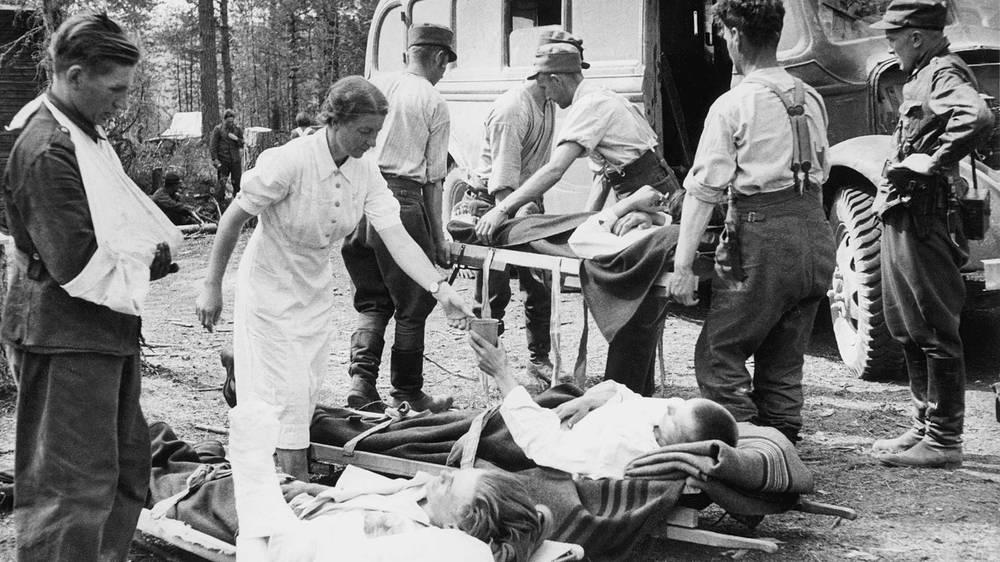 Раненые финские солдаты после перевязки перед отправкой в тыловой госпиталь