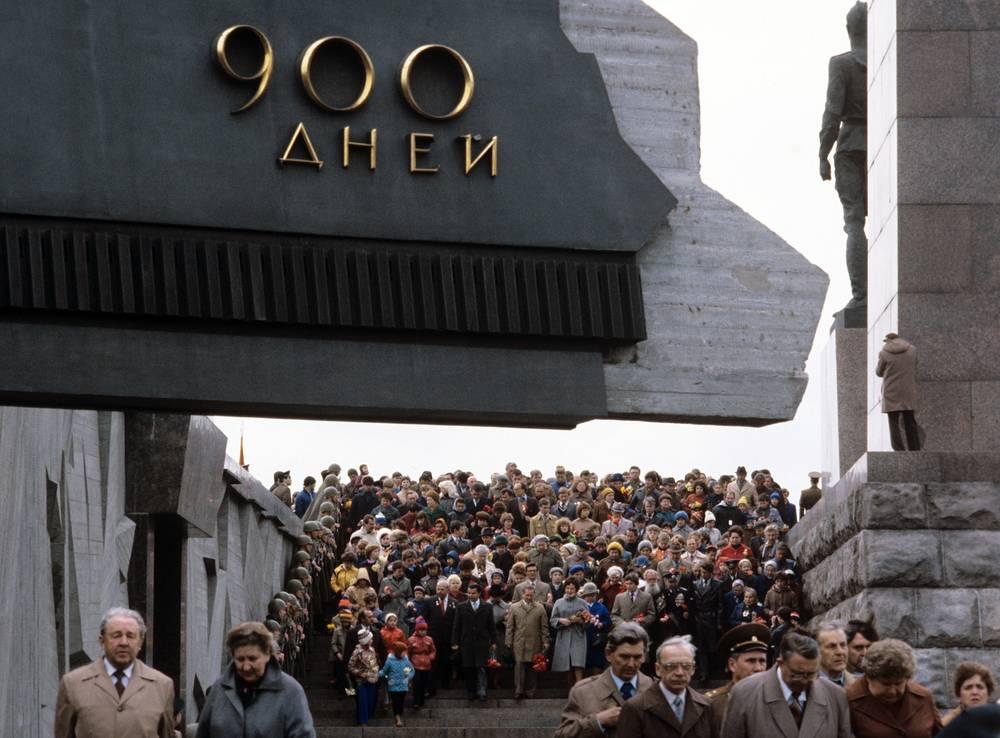 Ленинград. Празднование Дня Победы у Монумента героическим защитникам города на площади Победы, 1984