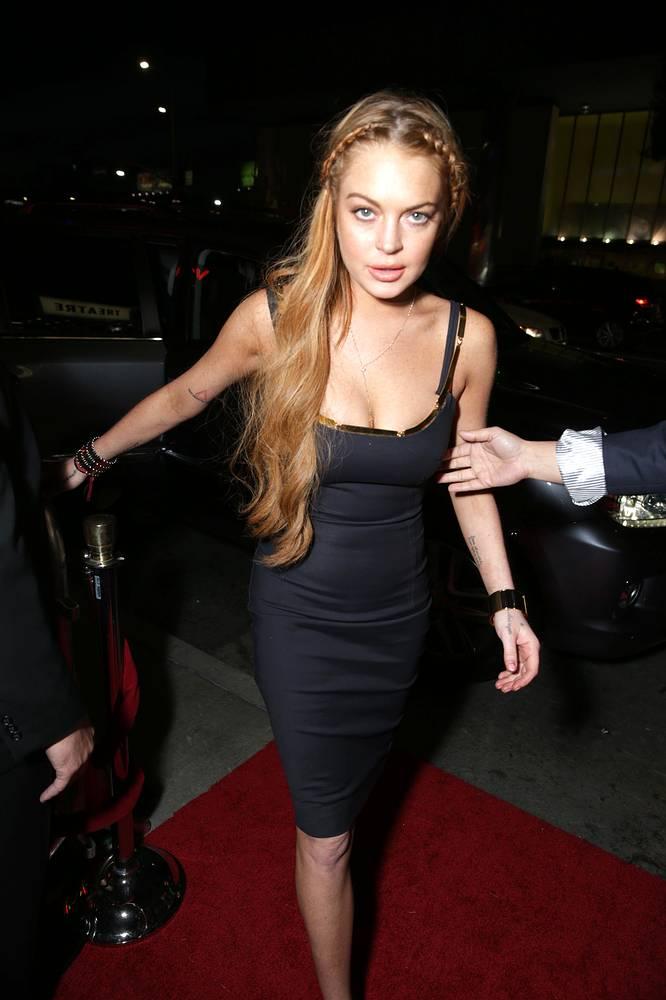 Актриса Линдси Лохан также привлекалась к ответственности за небезопасное вождение. В 2013 году суд Лос-Анджелеса приговорил звезду к 90 дням принудлечения, кроме того, Лохан замешана в скандальной истории с нападением на брата Пэрис Хилтон - Баррона