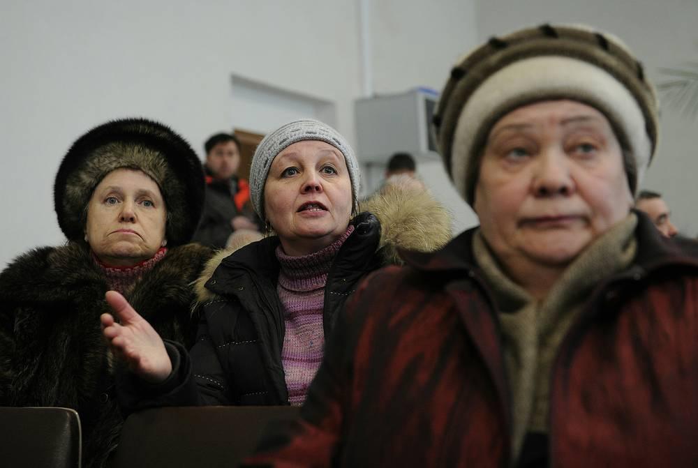 """Жительница частного сектора Ольга Кошпар (в центре): """"В частном секторе замерзли трубы. Мы остались без воды"""""""