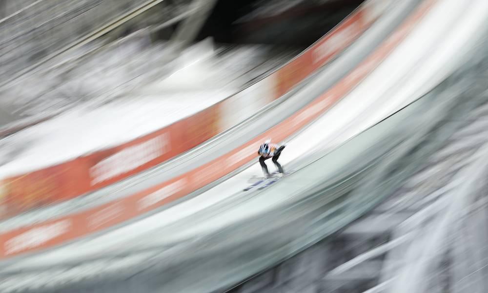 Тренировка по прыжкам со среднего трамплина среди мужчин