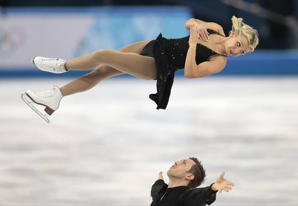 Канадские фигуристы Кирстен Мур-Тауэрс - Дилан Москович  во время выступления в короткой программе танцев командных соревнований по фигурному катанию