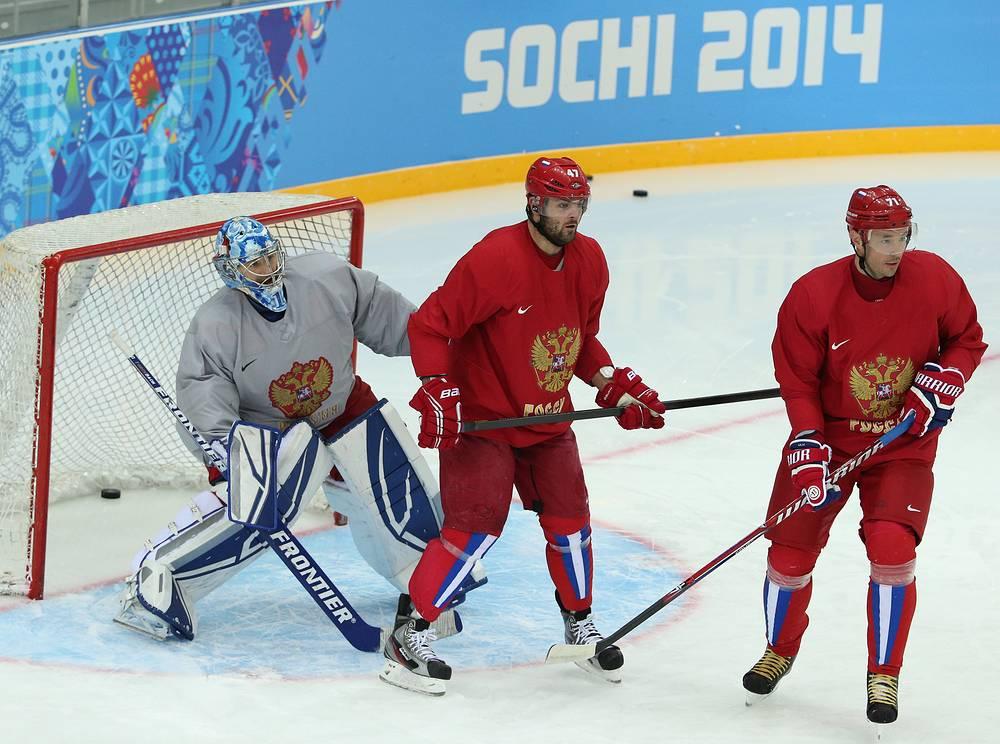 Вратарь сборной России Эмиль Гарипов, игроки Александр Радулов и Илья Ковальчук (слева направо) на тренировке