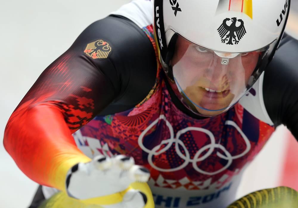 Немецкий саночник Давид Моллер во время индивидуальных соревнованиях по санному спорту