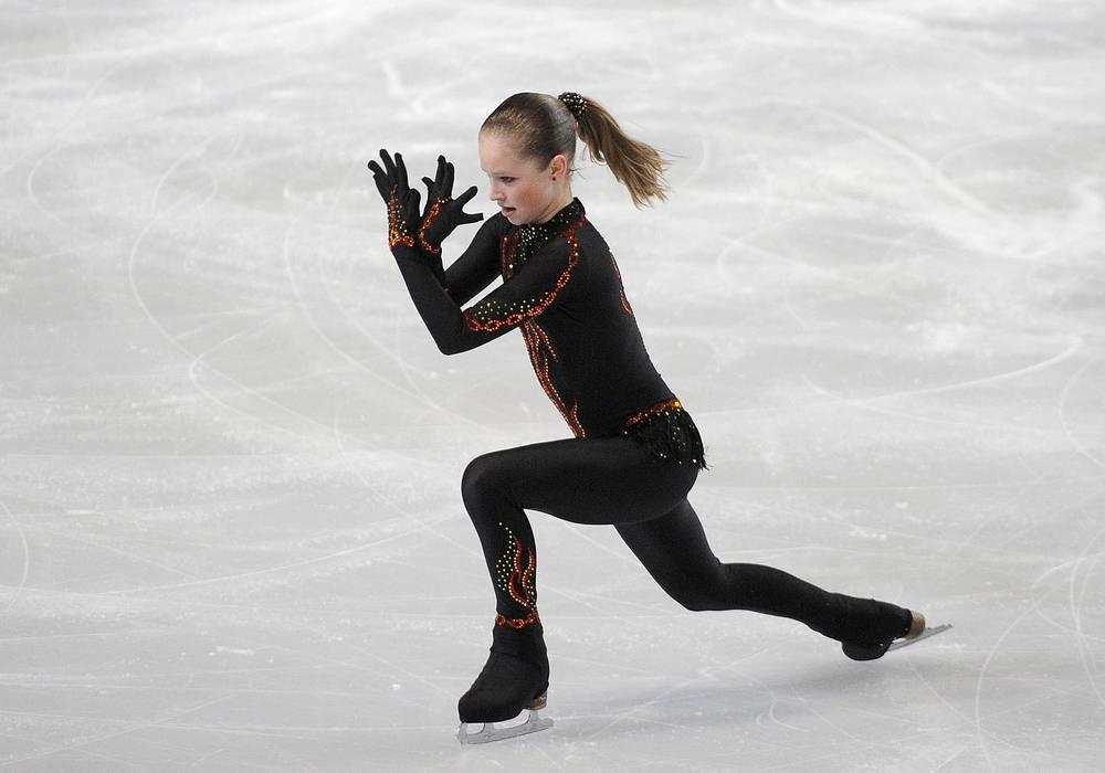 Екатеринбургская фигуристка Юлия Липницкая в короткой программе женского одиночного катания на Гран-при по фугурному катанию в Париже в 2012 году