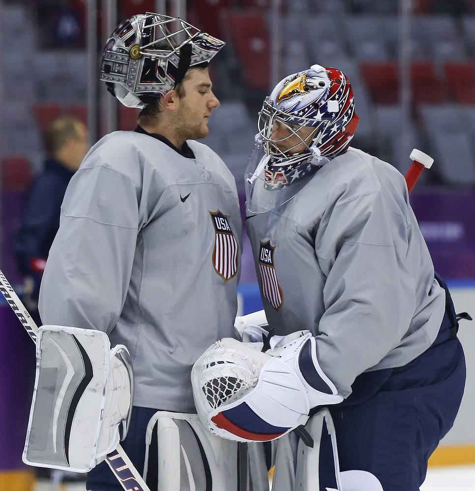 Американский хоккеист Джонатан Куик и Джеймс Ховард во время тренировки национальной сборной