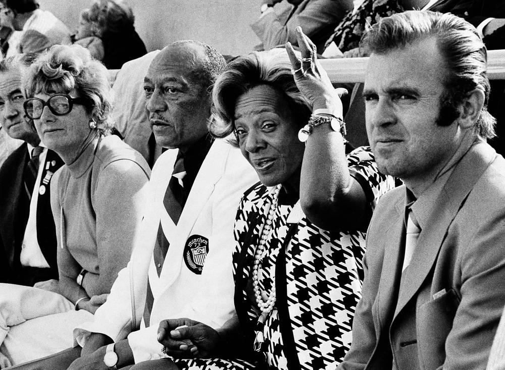 Болельщики наблюдают за церемонией открытия летних Олимпийских игр в Берлине, 1936 г.