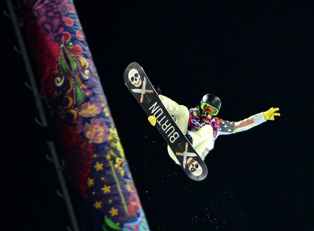 Американский сноубодист Шон Уайт в финале соревнований в хафпайпе
