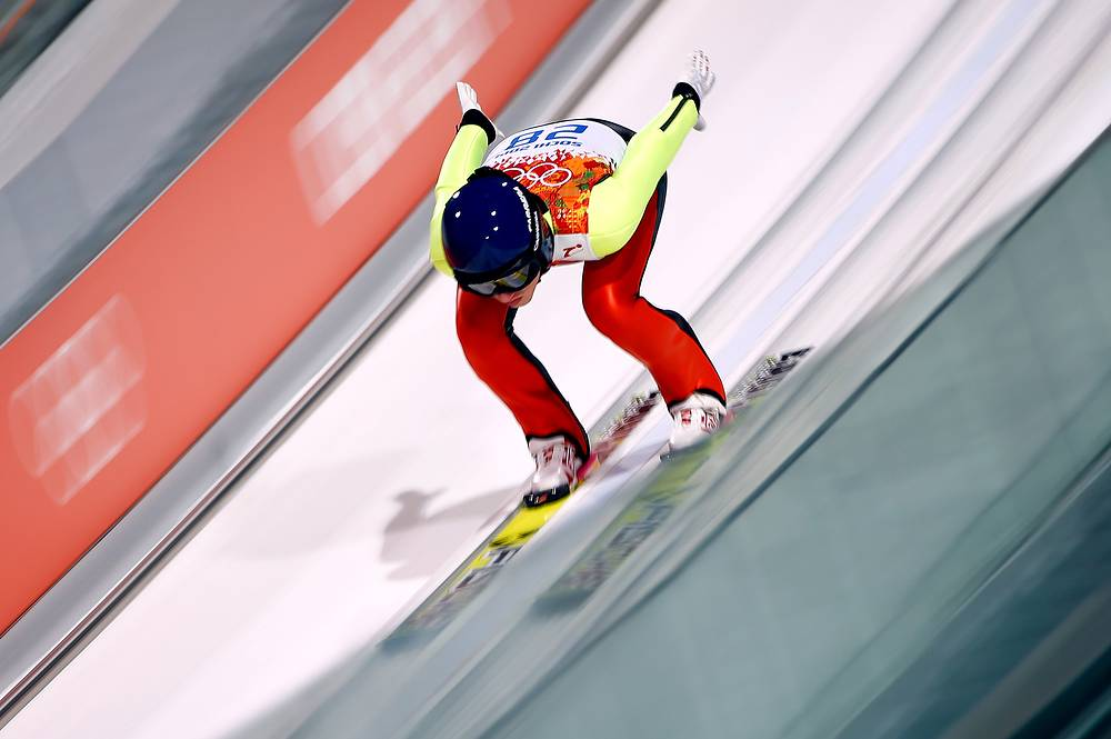 Австрийка Даниэла Ирашко-Штольц во время соревнований по прыжкам со среднего трамплина