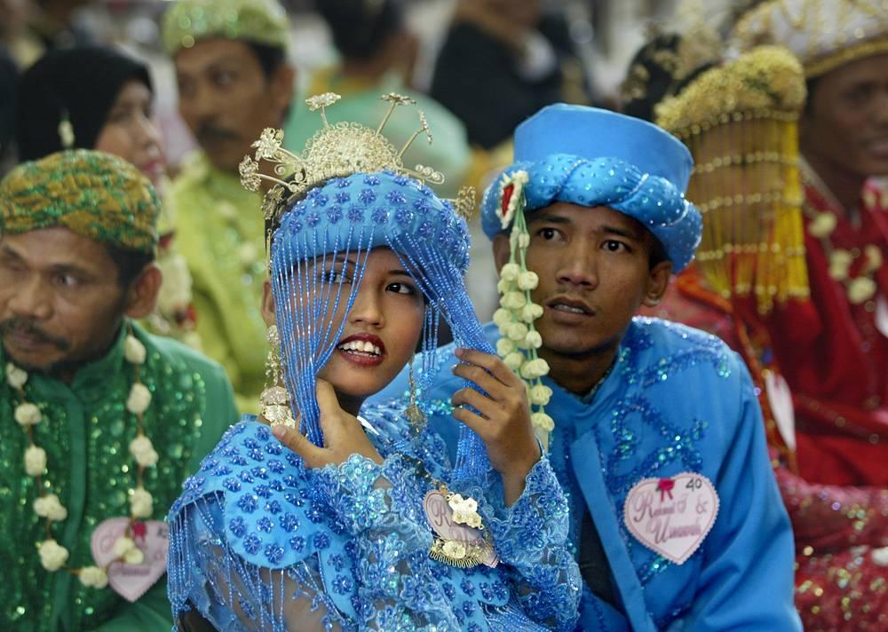 Участники массовой свадьбы в Индонезии, 2005 год
