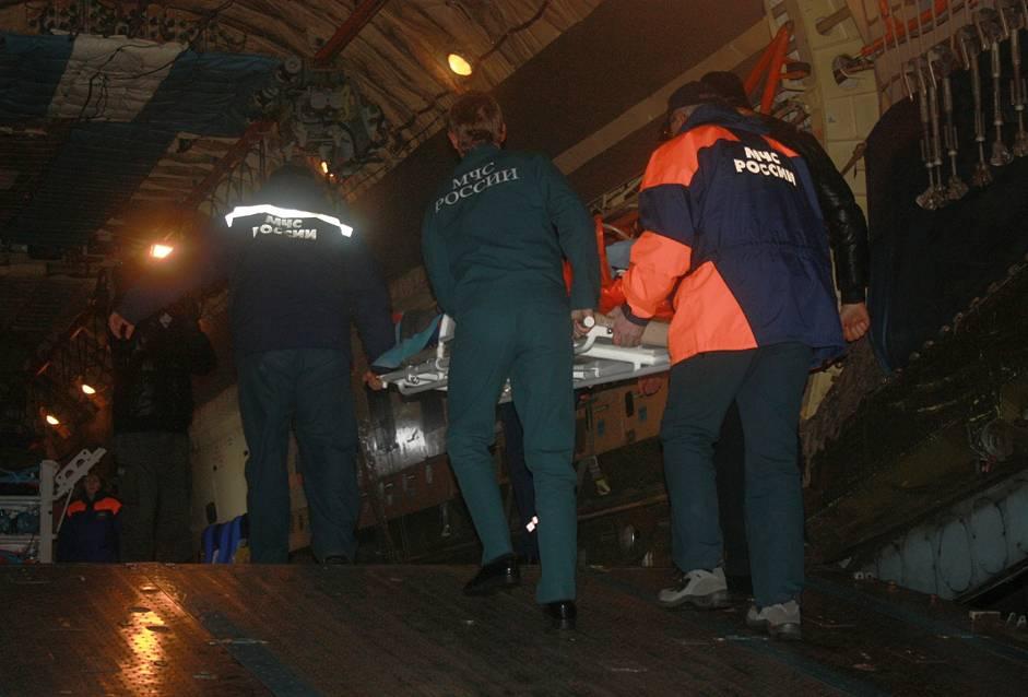 Челябинская область. Сотрудники МЧС во время эвакуации пострадавшей от падения осколков метеорита