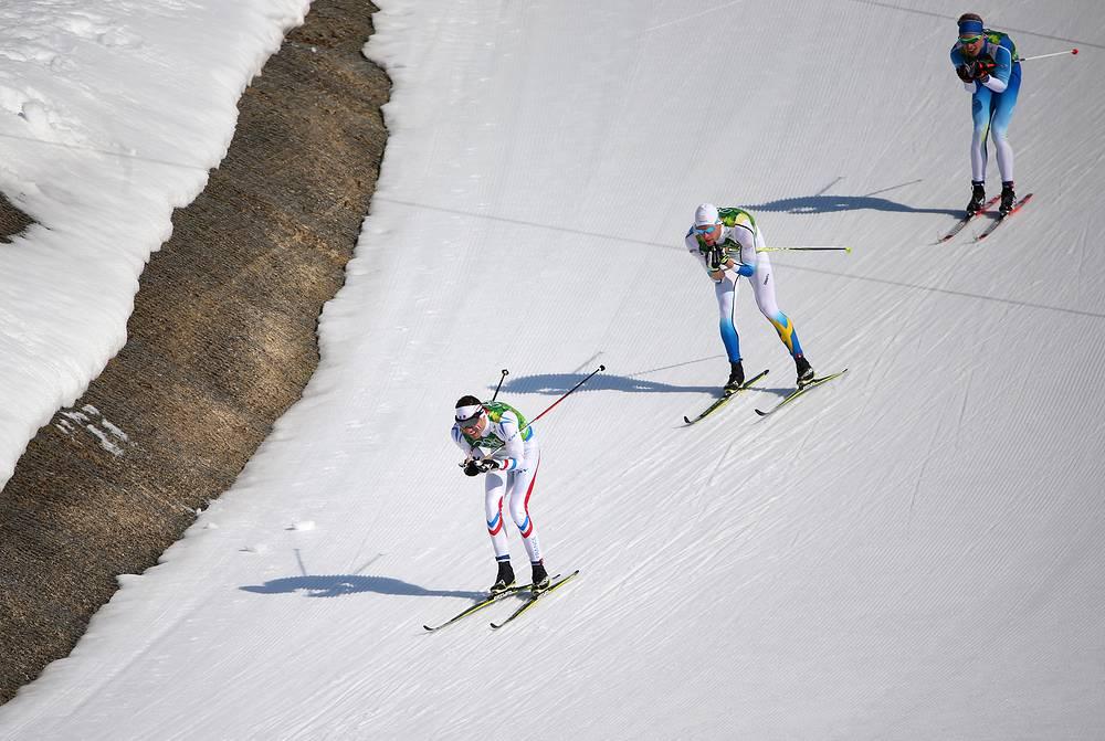 Француз Морис Манифика, швед Даниэль Ричарлссон и финн Ливо Нисканен (слева направо) во время эстафеты 4x10 км