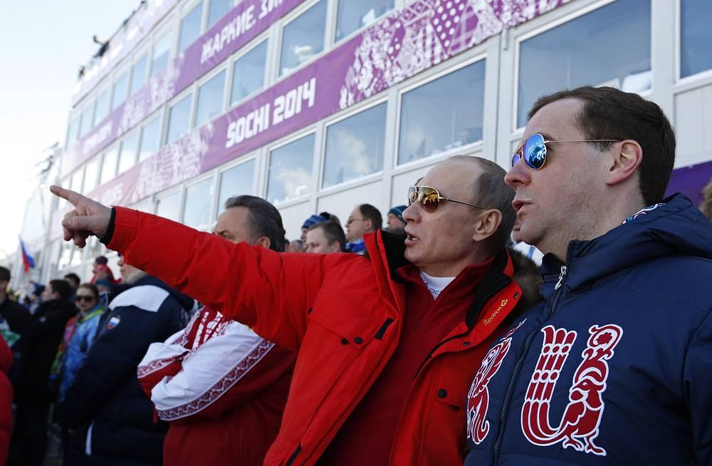 Президент РФ Владимир Путин и премьер-министр РФ Дмитрий Медведев на мужской эстафете в соревнованиях по лыжным гонкам