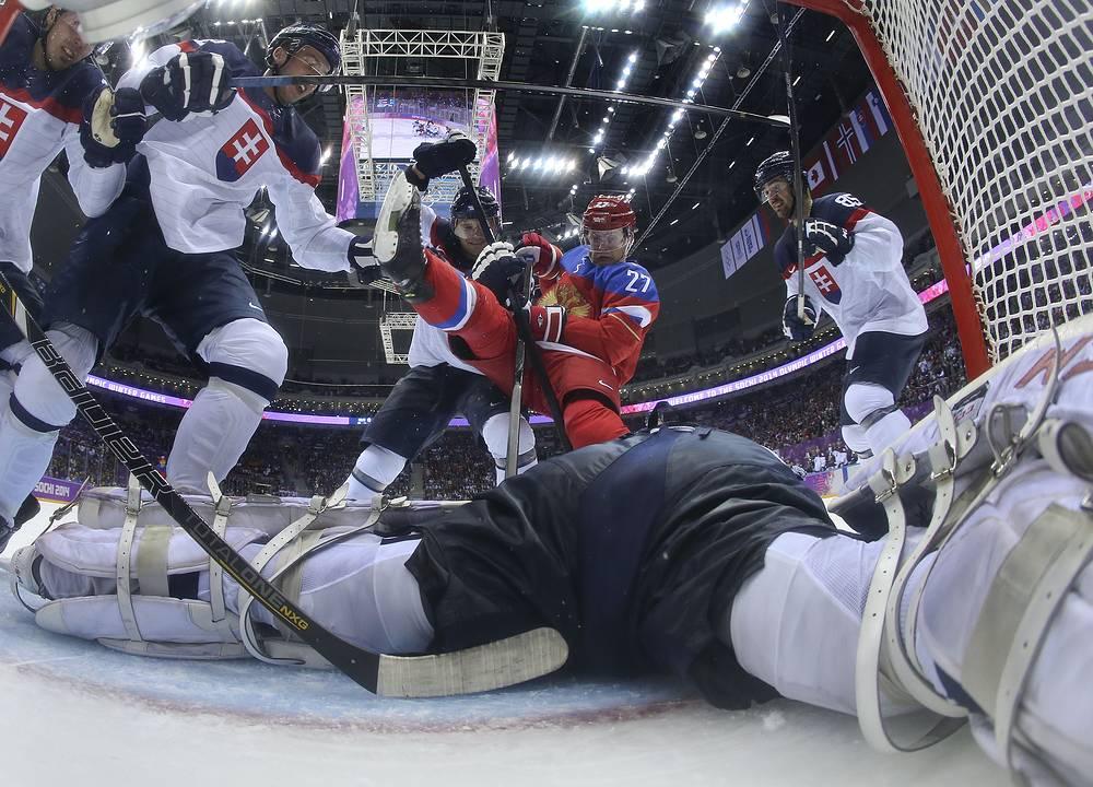 Нападающий Алексей Терещенко (Россия) у ворот сборной Словакии в третьем периоде матча Россия - Словакия