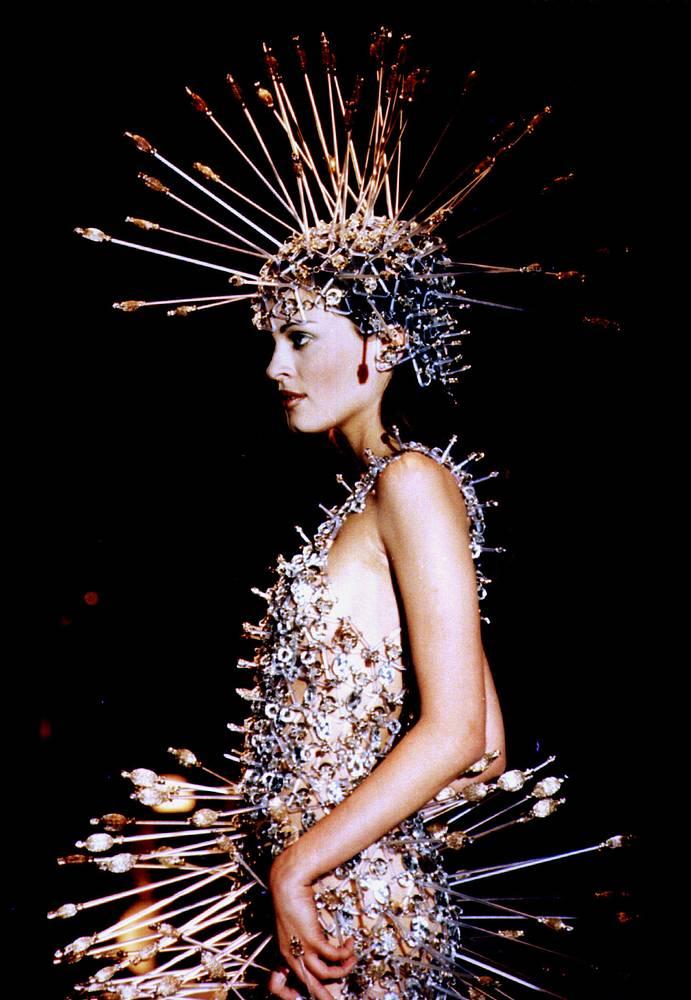 """Среди изделий Пако Рабанна были плащи из перьев, одежда из кожи и металла, плетеные кольчуги. На фото: показ платьев с """"броней дикообраза"""" в Праге, 1996 год"""