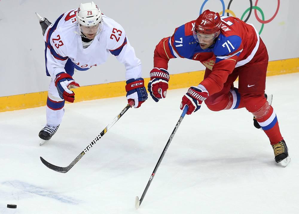Защитник сборной Норвегии Матс Трюгг и нападающий сборной России Илья Ковальчук (слева направо)