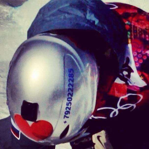 """Российский сноубордист Алексей Соболев перед Играми в Сочи сделал новый дизайн шлема и даже нанес на него номер телефона. """"Шлите всякую чушь и пожелайте удачи"""", - заявил спортсмен"""