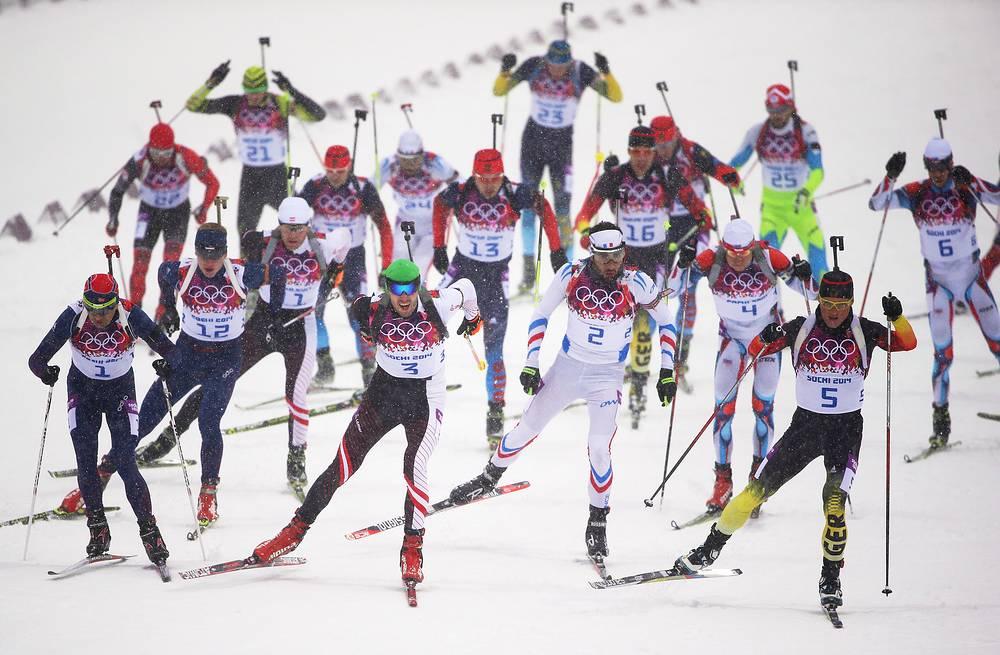 Спортсмены на дистанции гонки с масс-старта в соревнованиях по биатлону