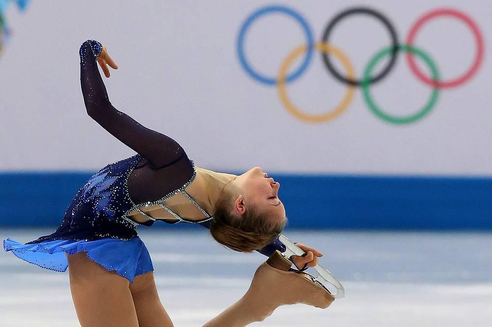 Российская спортсменка Юлия Липницкая во время выступления в короткой программе женского одиночного фигурного катания