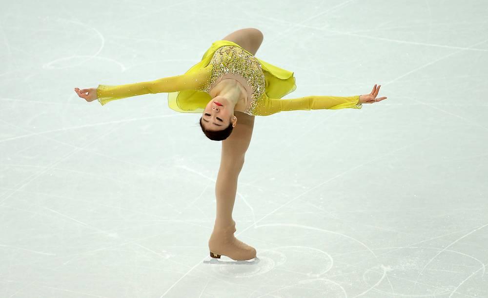 Южнокорейская фигуристка Ким Ю На занимает первое место после короткой программы на Играх