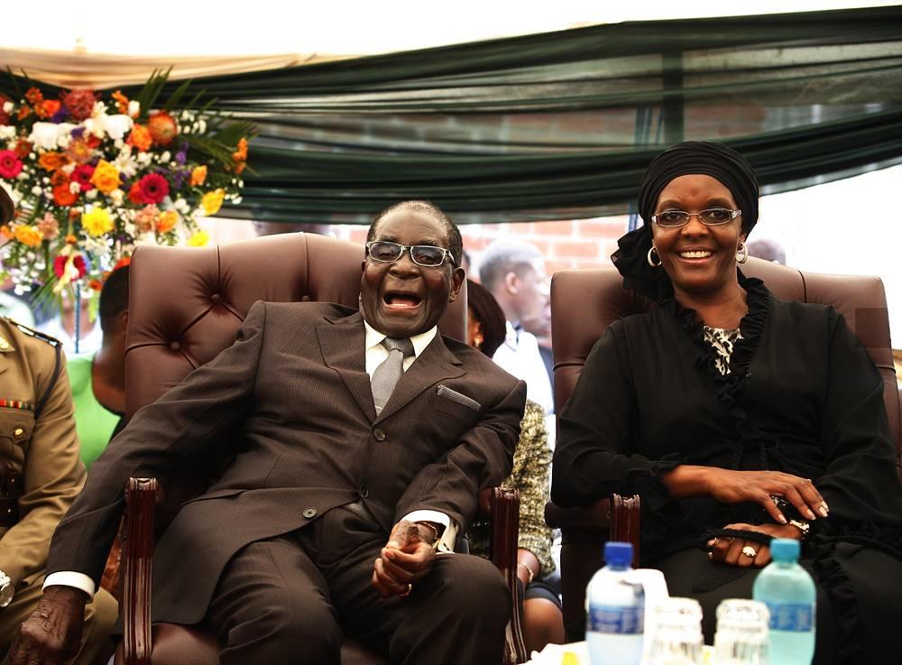 Роберт Мугабе женат во второй раз, у него трое детей. На фото: Роберт Мугабе с женой Грейс Мугабе, 2014 год