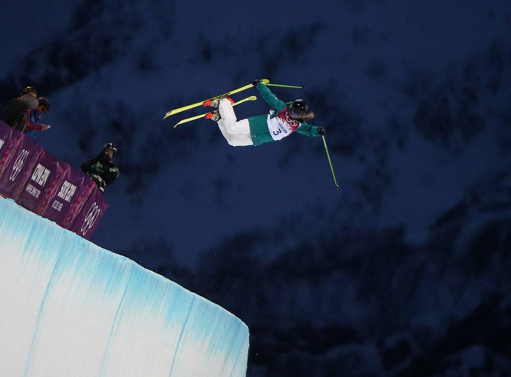 Эми Шихан (Австралия) на соревнованиях по фристайлу в ски-хафпайпе
