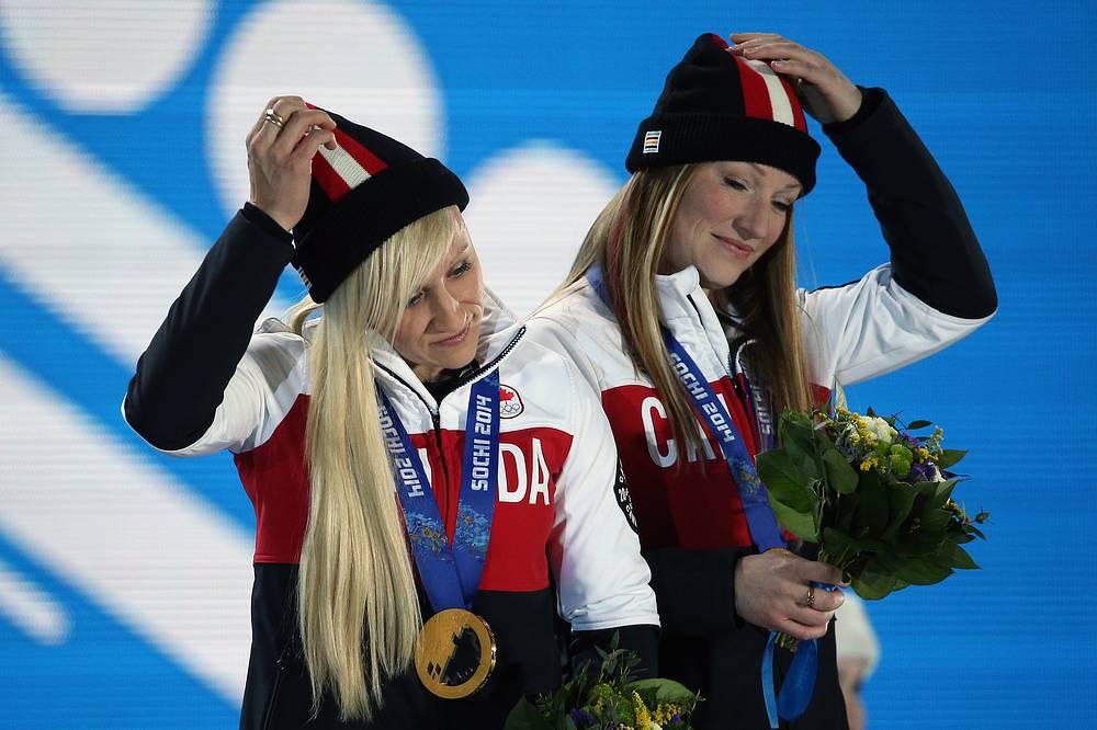 Канадские спортсменки Кейли Хамфрис и Хизер Мойз (слева направо), завоевавшие золотые медали на соревнованиях двоек по бобслею