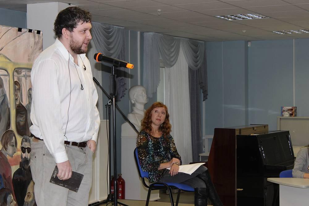 Составитель сборника, поэт Константин Комаров у микрофона