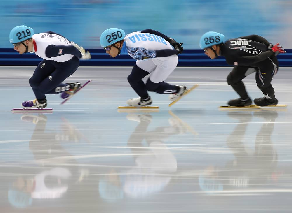 Джек Уилбурн (Великобритания), Виктор Ан и Джон Челски (США), слева направо, в финальном забеге на 1500 м