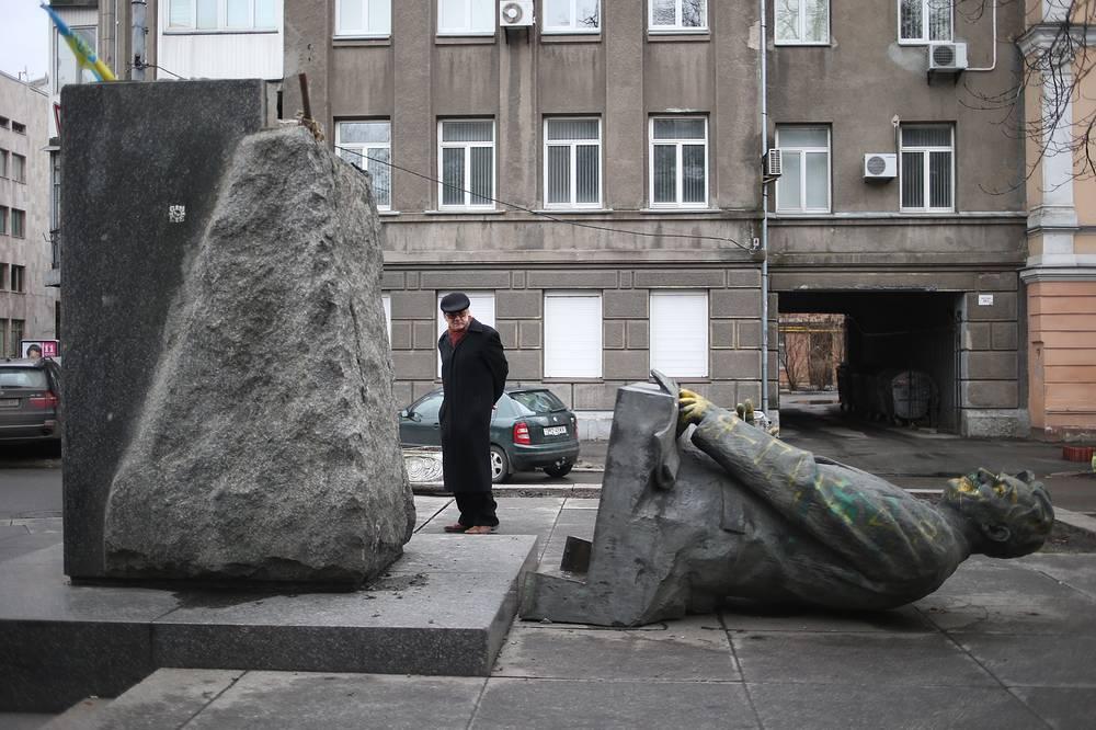 Памятник советскому политическому деятелю, первому министру иностранных дел УССР Дмитрию Мануильскому в Киеве, сброшенный с постамента