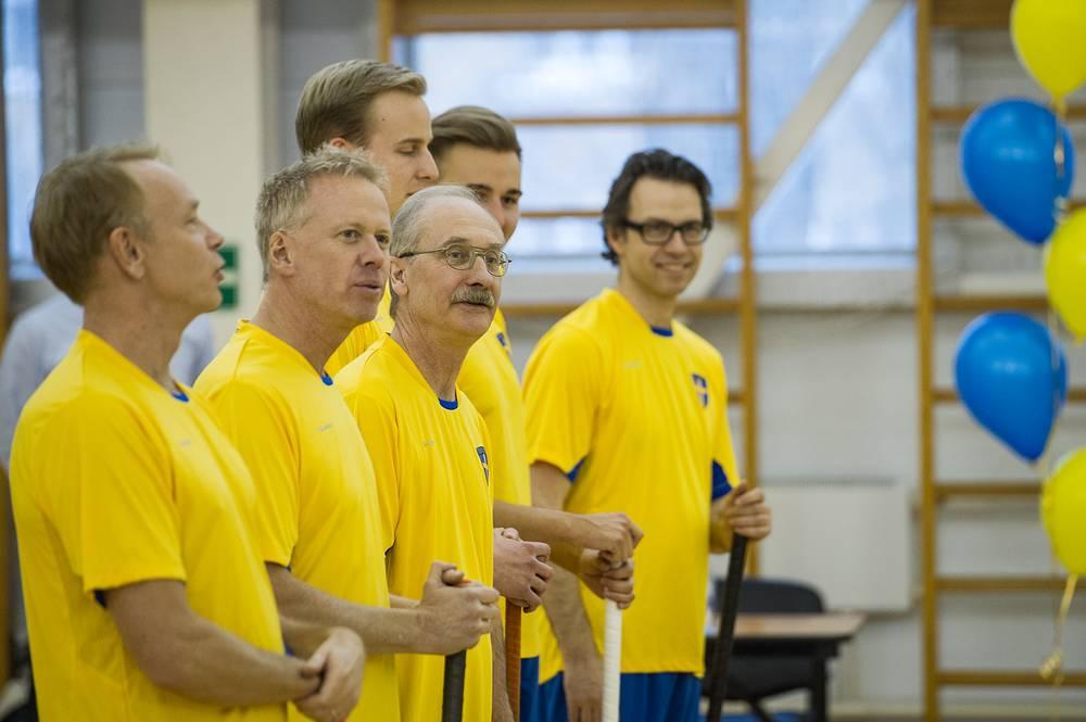 Шведская команда приветствует команду администрации Екатеринбурга перед началом матча