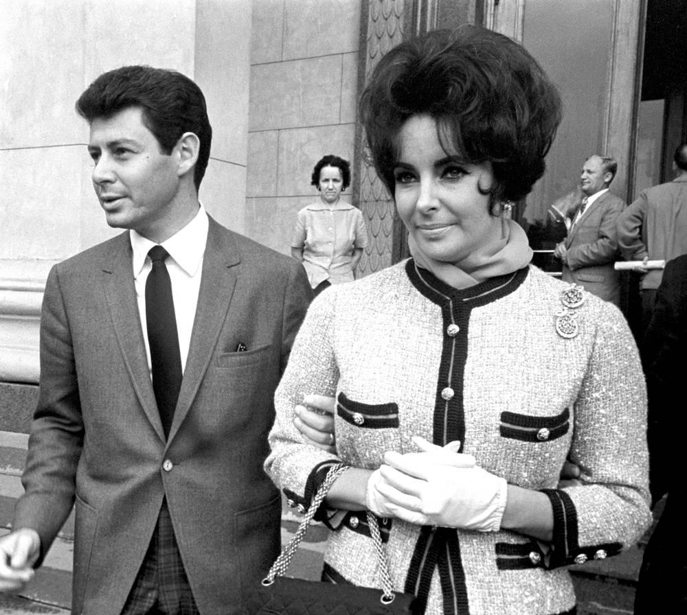 """Не меньше, чем актерские работы """"королевы Голливуда"""", привлекали внимание публики обстоятельства ее личной жизни, в частности перипетии ее восьми браков. На фото: Элизабет Тейлор с супругом Эдди Фишером, 1961 год"""